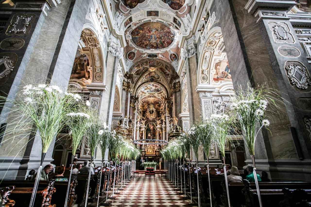 Blumen und Kirche gehören bei einer Hochzeit zusammen. Blumenschmuck aus Klosterneuburg